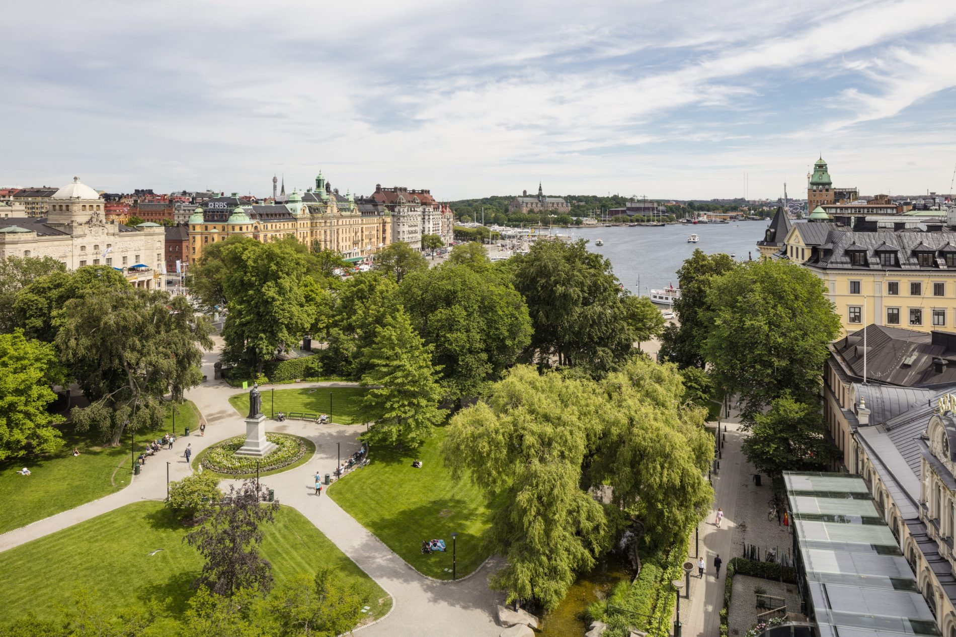 Utsikt från Bankpalatsets terrass mot Berzelii park och Nybroviken.