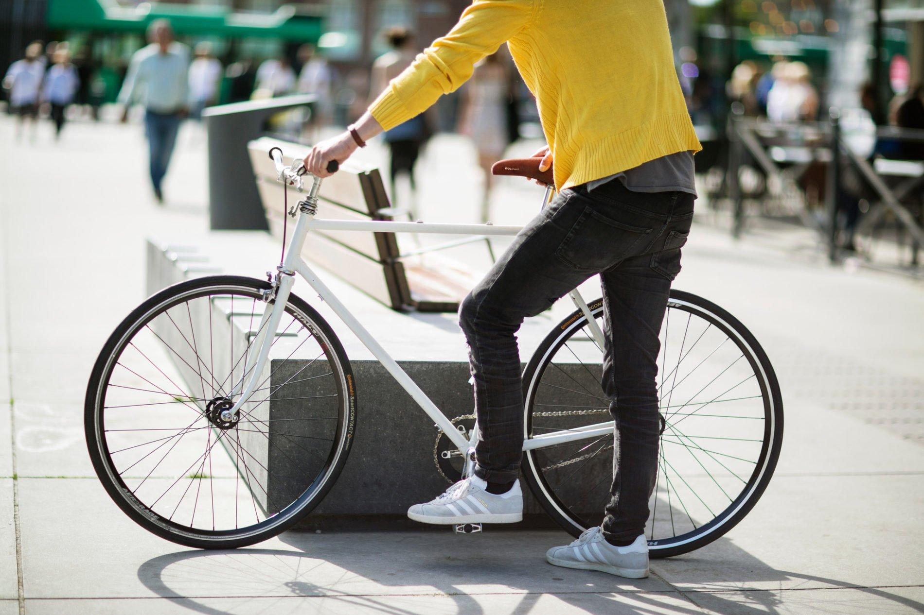 Cyklst i gul tröja