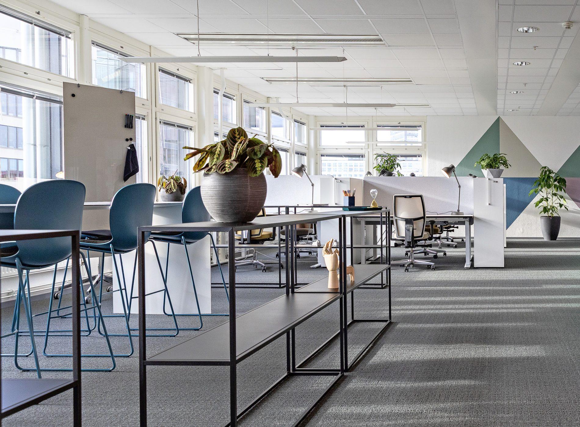 Bilden visar ett tomt kontor, färdigt inrett men utan människor.