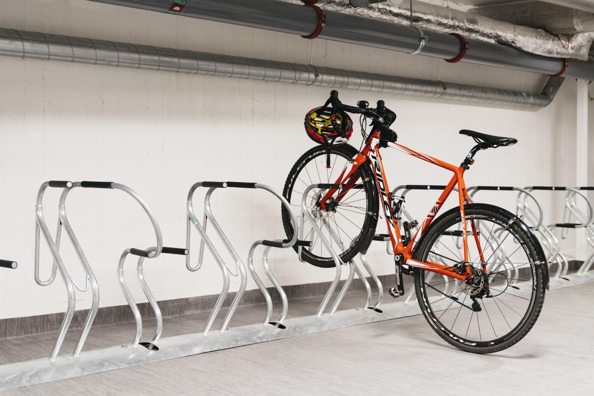 Cykelrum med cykelställ och cykel.Kostnadsfritt cykelrum för Vasakronans hyresgäster.