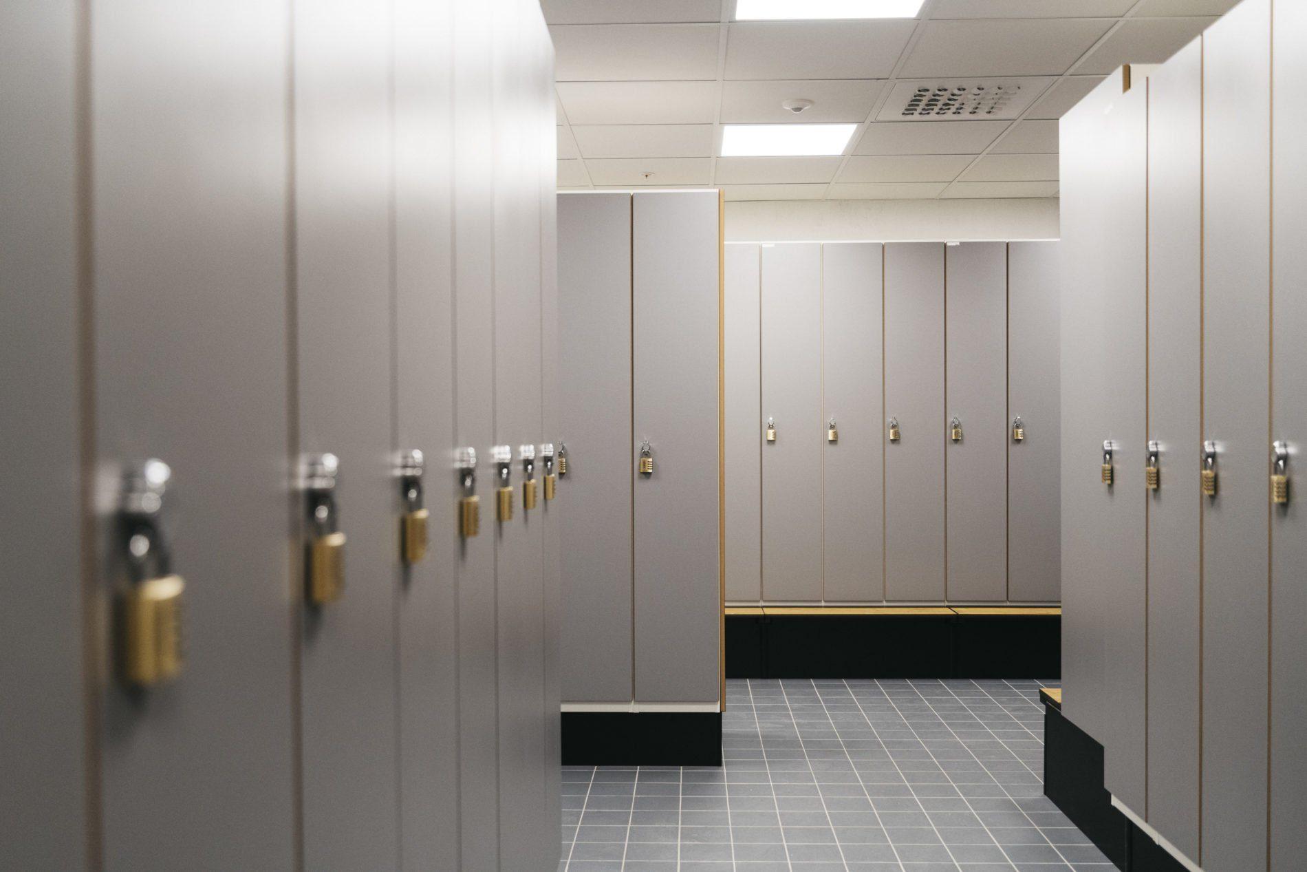 Omklädningsrum med låsbara skåp i anslutning till dusch
